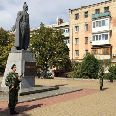 Russian paratroopers in honorary guard at the monument to Felix Dzerzhinsky in Lugansk