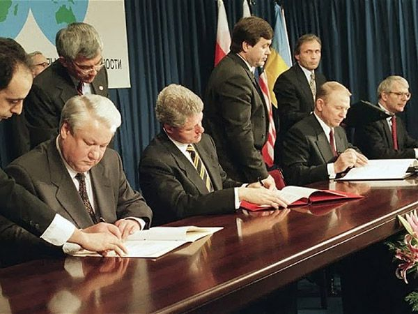 oris Yeltsin (Russia), Bill Clinton (USA), Leonid Kuchma (Ukraine), John Major (UK) sign the Budapest Memorandum