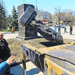 Monuments of Soviet leaders were pulled down in Kharkiv